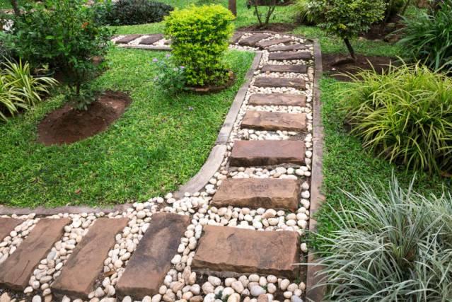 Dùng đá sỏi trang trí cho lối đi